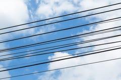 Elektrisches Drahtseil auf blauem Himmel Stockfotografie