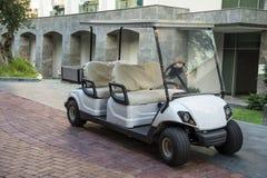Elektrisches Golfauto im Sommerurlaubsort stockfoto