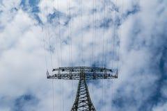 Elektrisches Kabel an einem bewölkten Tag stockfotografie