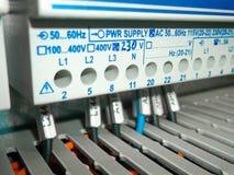 Elektrisches Kabinett mit Drahtverbindungen Stockbild