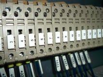 Elektrisches Kabinett mit Drahtverbindungen Lizenzfreies Stockfoto