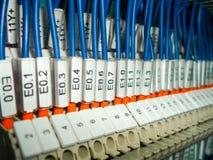 Elektrisches Kabinett mit Drahtverbindungen Stockbilder