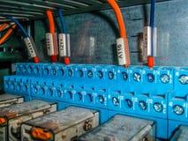 Elektrisches Kabinett mit Drahtverbindungen Stockfotos