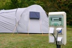 Elektrisches kampierendes Bolzenkastendetail mit Zelt lizenzfreie stockfotos