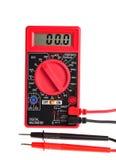 Elektrisches Multimeter mit Digitalanzeige auf Weiß Stockfoto