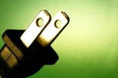 Elektrisches Netzkabel gegen grünen Hintergrund Stockfotos