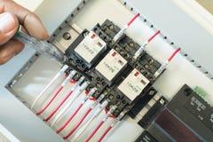 Elektrisches Panel mit Sicherungen und Kontaktgebern Stockbild