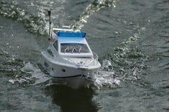 Elektrisches radiocontrolled vorbildliches Boot Lizenzfreies Stockbild
