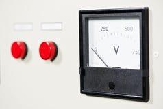 Elektrisches Schalterpanel mit Taste und Voltmeter lizenzfreie stockfotos