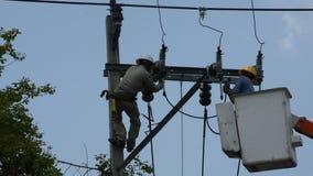 Elektrisches System der Elektrikerarbeitsreparatur auf Strom Säule oder Strommast stock video