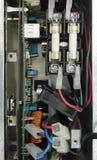 Elektrisches Teil und Zubehör im Schaltschrank, in der Steuerung und im Verteiler stockfotografie