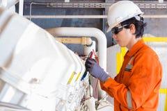 Elektrisches und des Instrumenttechnikers gerade der Wartung Stromsystem der Gasverdichterkompressormaschine an der Offshoreplatt lizenzfreie stockbilder