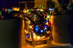 Elektrisches Weihnachtsgirlandenmehrfarbiges verwischt in der Nacht Lizenzfreie Stockfotografie