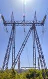 Elektrisk över huvudet linje för hög spänning arkivbild