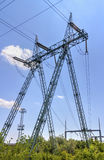 Elektrisk över huvudet linje för hög spänning royaltyfri fotografi