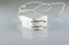 Elektrisk adapter till USB port på en grå bakgrund Royaltyfri Fotografi