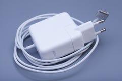 Elektrisk adapter till USB port på en grå färg Royaltyfria Bilder