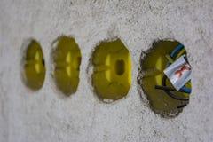 Elektrisk ask, bruk för att att binda ska avskilja kraftledningar Ställe för att den elektriska stålar in installeras till den vi arkivfoton