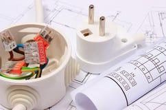 Elektrisk ask, diagram och elektrisk propp på byggnadsritning Royaltyfri Foto