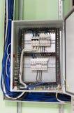 Elektrisk ask med trådar och mcb & x28; mikroströmkretsbraker& x29; i det industriella ventilationsrummet Arkivfoton