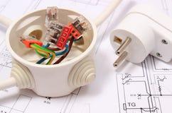 Elektrisk ask och elektrisk propp på byggnadsritning Royaltyfri Fotografi