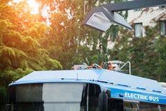 Elektrisk buss på ett stopp royaltyfri fotografi