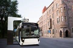 Elektrisk buss på ett stopp arkivfoto