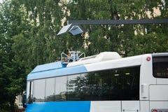Elektrisk buss på ett stopp Royaltyfria Foton