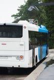 Elektrisk buss på ett stopp Arkivfoton