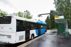 Elektrisk buss på ett stopp Arkivbilder