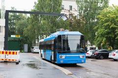 Elektrisk buss på ett stopp Royaltyfri Bild