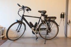 Elektrisk cykel i ett garage Arkivfoton