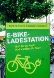 Elektrisk cykeluppladdningsstation i Burghausen, Tyskland Arkivfoto