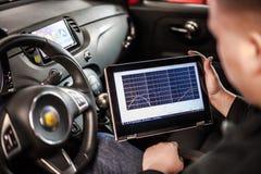 Elektrisk diagnosapparat i modern bil arkivbild