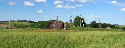 Elektrisk energi för hus för lantlig by överförs på trådar Arkivfoto