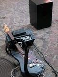 Elektrisk gitarr för tappning och tappningförstärkare på trottoar royaltyfri fotografi