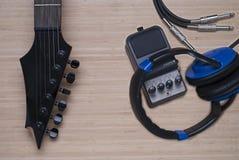 Elektrisk gitarr, hörlurar och distorsionsenhet Arkivbild