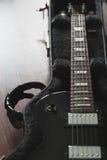 Elektrisk gitarr i fallet arkivbilder