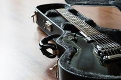 Elektrisk gitarr i fallet royaltyfria bilder