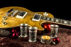Elektrisk gitarr med koppen och stearinljuset Royaltyfri Foto