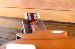 Elektrisk gitarr och fall bakom i wood rum Arkivfoton