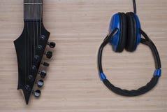 Elektrisk gitarr och hörlurar Royaltyfria Foton