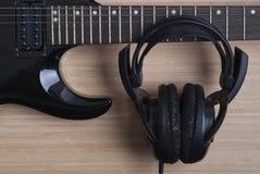 Elektrisk gitarr och hörlurar Arkivfoton
