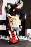 elektrisk gitarrholding för pojke Fotografering för Bildbyråer