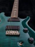 elektrisk grön gitarr arkivbild