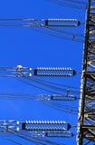 Elektrisk hög spänningspelare. Closeup av isolatorer. Himmelbakgrund arkivbild