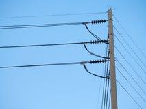 Elektrisk hög spänningspol med blå himmel Arkivbilder