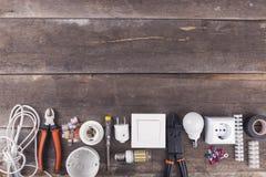Elektrisk hjälpmedel och utrustning på träbakgrund med kopieringssp Royaltyfri Fotografi