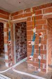 Elektrisk installation för olik färg i hus arkivbild