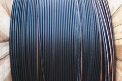 Elektrisk kabel för svart tråd med träspolen av elektrisk kabel Arkivbild
